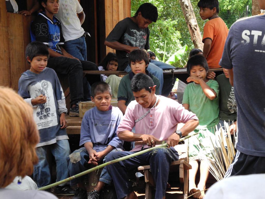 Un grupo de guaraníes paraguayos en su comunidad