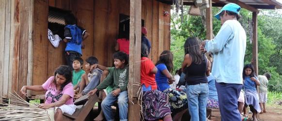 Un grupo de guaraníes paraguayos en su comunidad.