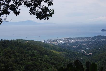 Vista de Dili, capital de Timor Oriental, desde el monasterio de Dare. La isla de Atauro se puede apreciar al fondo. Fotos de Pedro Martínez