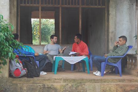 Reunión con el jefe de suco de Bauro. Los organizadores comunitarios de Haburas a ambos lados, el jefe de suco en el centro-derecha y el expatriado en el centro-izquierda.