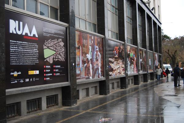Fotos de gran tamaño en las cristaleras del antiguo edificio de Caja Duero en Soria capital, de la exposición Ruaa